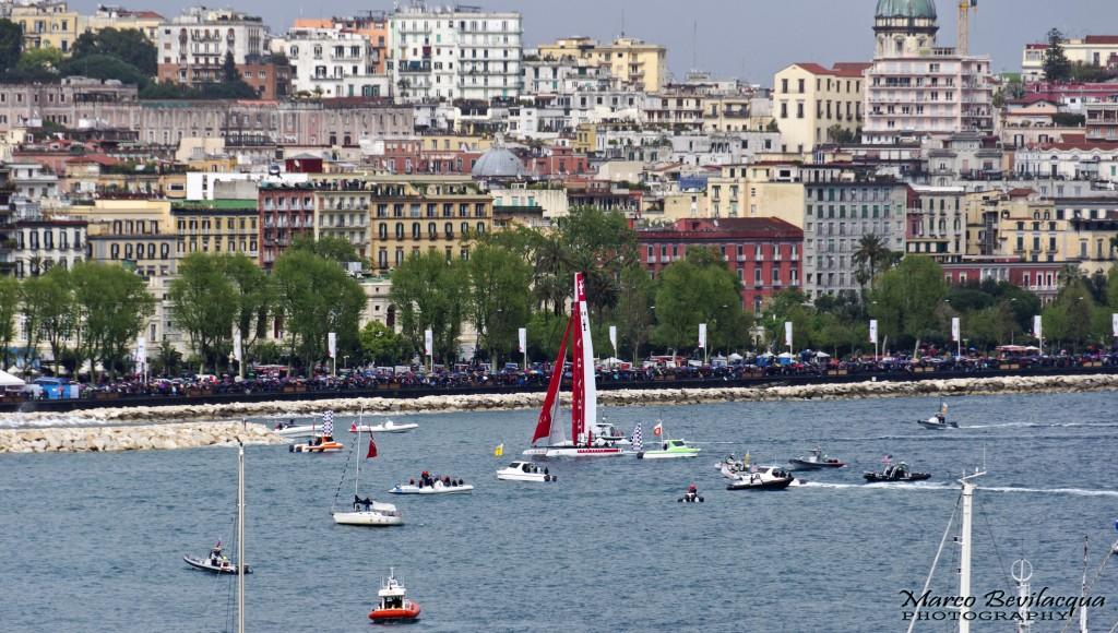 Luna Rossa Piranha taglia il traguardo, vincendo l'ultima regata di flotta dell'ACWS Naples 2012